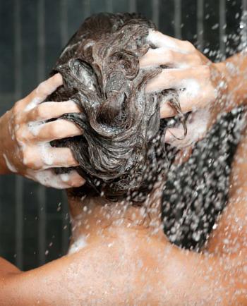 Prendre un douche trop chaude : cela peut-il endommager vos cheveux ?