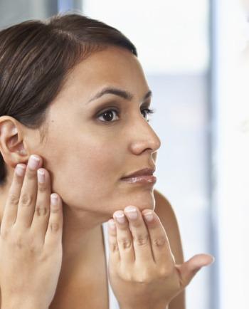 Peaux à imperfections : toutes les astuces de maquillage
