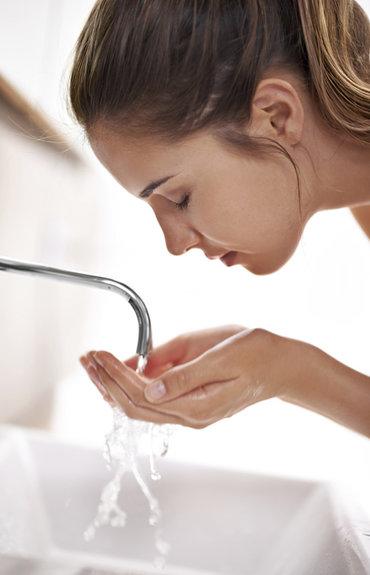 L'eau du robinet: amie ou ennemie des peaux sensibles?