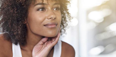 Boutons, imperfections : prendre soin de sa peau en fonction de sa couleur.