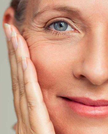 Quels sont les symptômes les plus courants qui indiquent que ma peau change à la ménopause ?