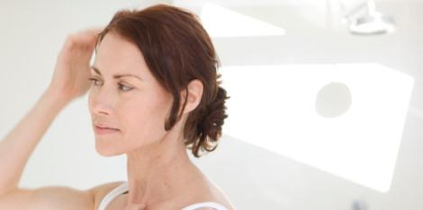 Astuces pour atténuer les effets de la ménopause sur la chute de cheveux