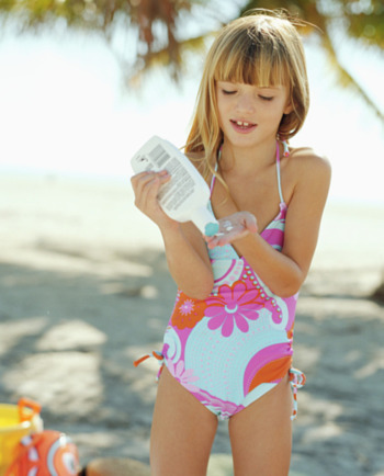 Gardez votre bébé à l'abri du soleil : utilisez une crème solaire pour bébé