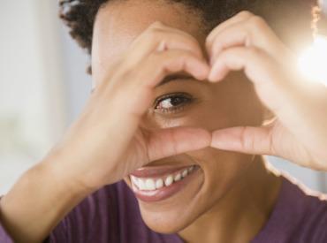 Un massage du visage pour en finir avec les yeux gonflés et fatigués