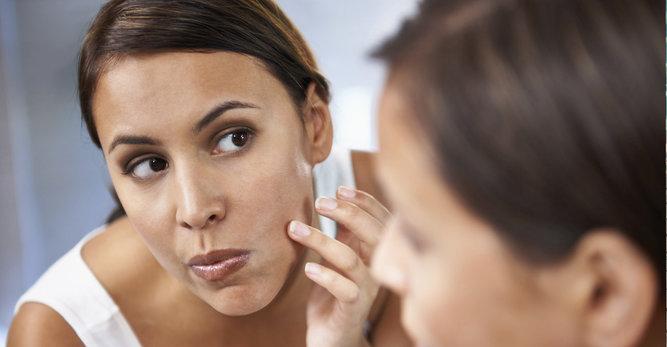 Les conseils d'un dermatologue pour atténuer vos boutons