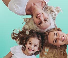 3 generaties vrouwen bij elkaar ter illustratie dat haaruitval genetisch bepaald kan zijn. - Vichy.jpg
