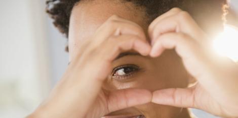 Gezwollen en vermoeide ogen bestrijden met een gezichtsmassage